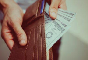 trzymanie portfela w rękach