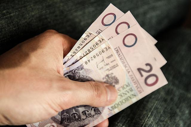 Banknoty trzymane w ręce