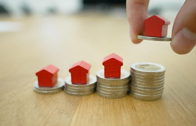 Figurki domków na pieniądzach