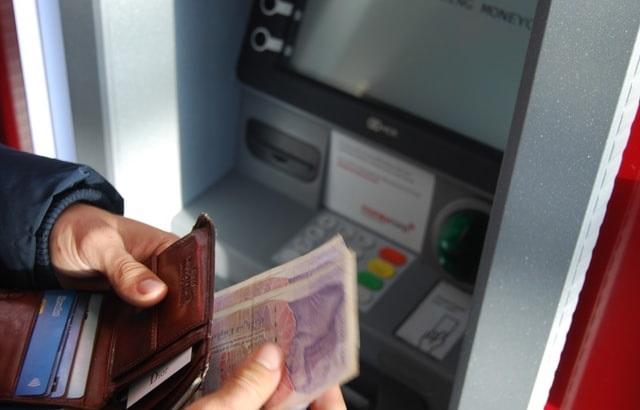 Wypłata pieniędzy z bankomatu