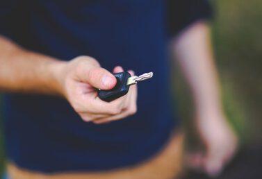 Kluczyk do auta w ręce