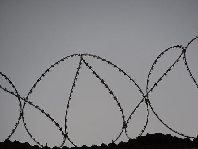 drut kolczasty na murze więzienia